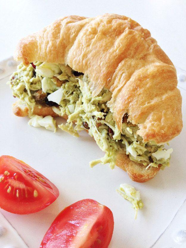 Sandwich de pollo con ensalada de aguacate. | 19 Deliciosos almuerzos para oficina con menos de 400 calorías