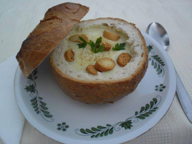 Hozzávalók:     2-3 tömlős sajt   1 kis fej vöröshagyma   vajas rántás /világos/   0.5 dl tejszín   só   bors   szerecsendió   2...