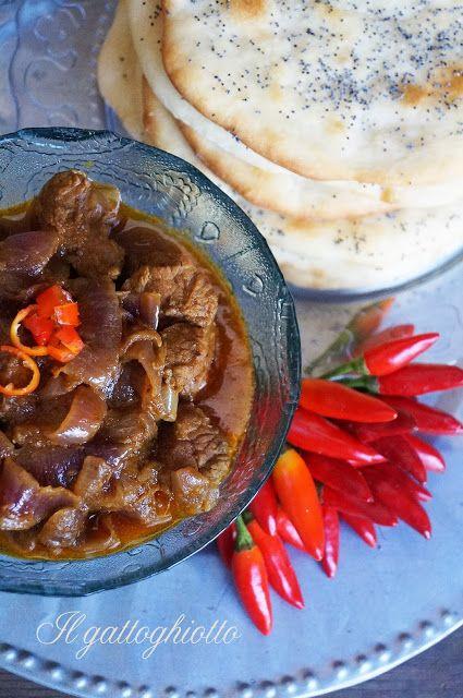 Manzo Balchao con cipolle rosse e focaccine Naan al burro e semi di papavero