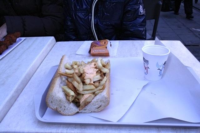 A chi non piace un bel piatto di patatine fritte? Queste nel panino sono una specialità di #Brussels @Belgio_Turismo