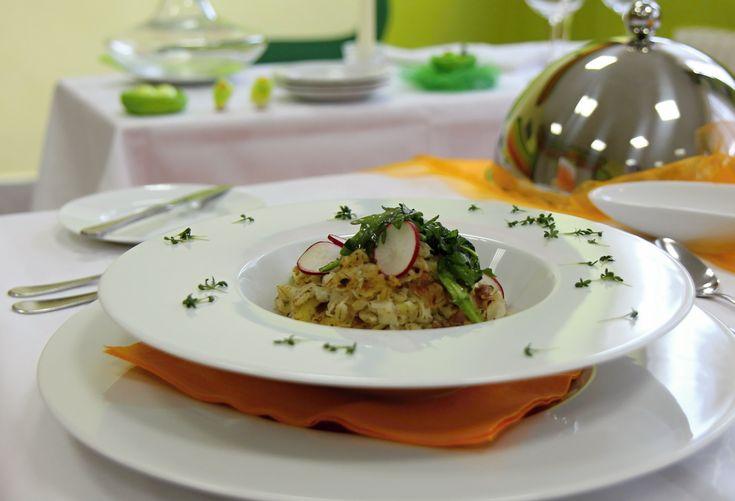 Uhlířina - tradiční české jídlo, které, nejen uhlíře, zasytilo na celý den. Uhlířina obsahuje všechny potřebné živiny ve vyváženém poměru. Dnešní recept na uhlířinu s kroupami inspirovanou Šumavou pro vás připravil Martin Havlík, mistr odborných předmětů Hotelové školy v Plzni. A že i taková uhlířina může na talíři vypadat jako slavnostní jídlo bohů, vás přesvědčí Petr Berka, odborník na stolničení. Bereme zástěru a jdeme s Martinem Havlíkem vařit uhlířinu.