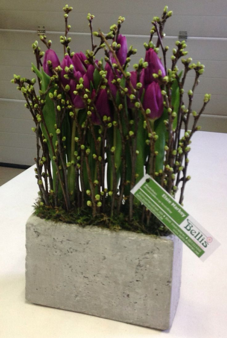 Parallel bloemstuk met tulpen.