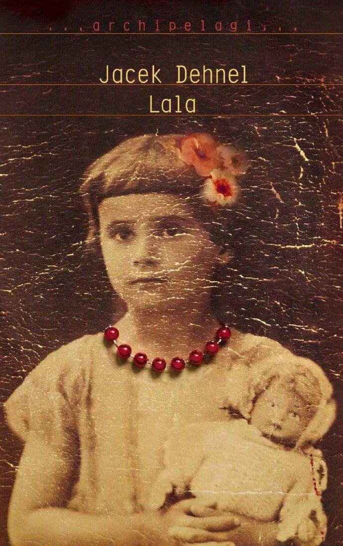 """Jest rok 1919. W Kielcach przychodzi na świat dziewczynka. Roztargniona rodzina przez pięć lat nie może się zebrać, aby nadać jej imię. Mówią o niej """"Lalka"""", """"L..."""