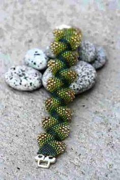 Peyote stitch using size 15, 11 & 8 seed beads. Use chrome for translation to English.