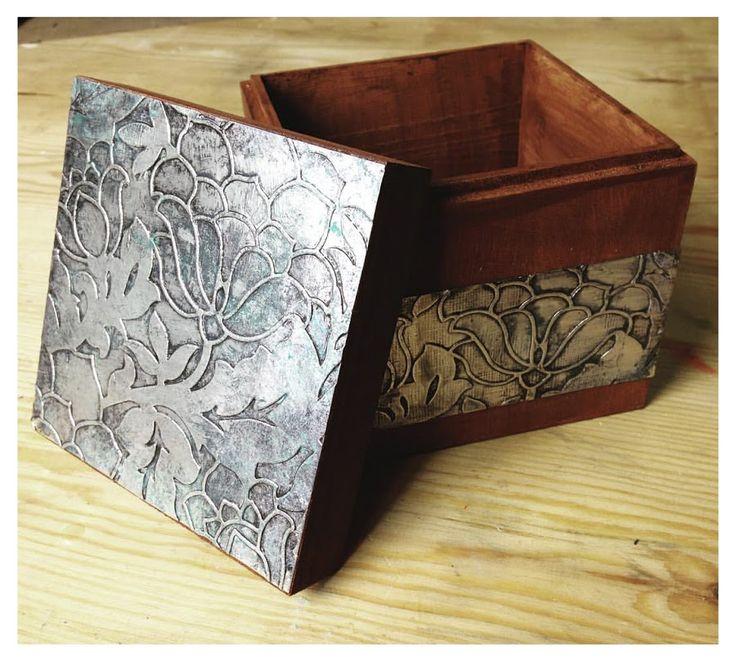 Descubre cómo crear un acabado de falso repujado a partir de papel de plata.