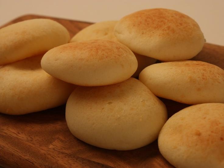 El pandebono  es un panecillo característico en la región del Valle del Cauca en Colombia, elaborado con harina de maíz, almidón de yuca fermentado, queso y huevo, que se amasa, se forma en pequeñas porciones usualmente achatadas y posteriormente se hornean. Se utiliza para acompañar los desayunos y la meriendas en las tardes.