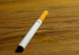 20-Jul-2014 7:57 - 17,5 MILJARD VOOR WEDUWE ROKER. Sigarettenfabrikant RJ Reynolds moet de weduwe van een kettingroker 23,6 miljard dollar betalen. Dat heeft een rechtbank in Florida bepaald. De schadevergoeding is omgerekend 17,5 miljard euro, een van de hoogste bedragen die ooit aan particulieren is toegekend. De weduwe probeert al jaren om geld van de sigarettengigant te krijgen. Ze beweert dat RJ Reynolds niet voldoende heeft gewaarschuwd voor de gezondheidseffecten van roken...