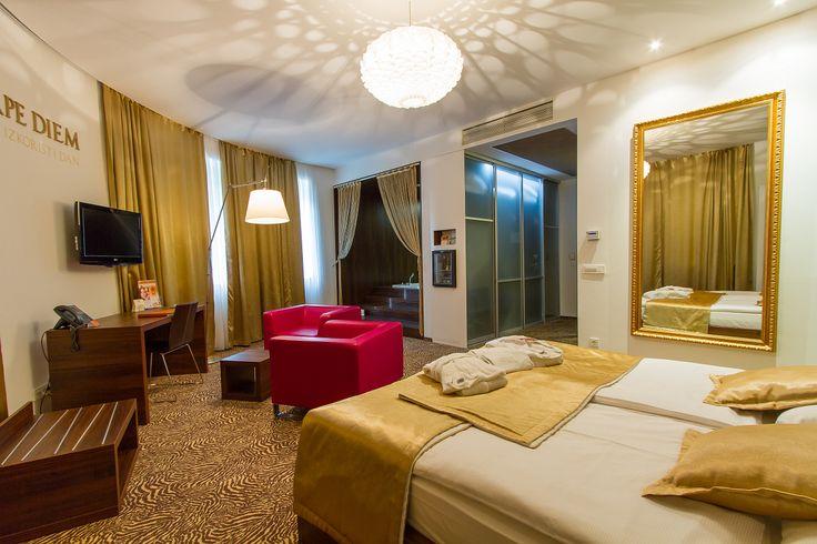 Standardne sobe u hotelu Rimski dvor imaju klima uređaj, TV, telefon, mini bar, sef, internet, kupatilo. Suita: malo veća dvokrevetna soba (razlika u kvadraturi). Suita sa whirlpoolom - u sobi se nalazi whirlpool. #travelboutuqe #Slovenia #Rimsketerme #putovanje #odmor #relaksacija