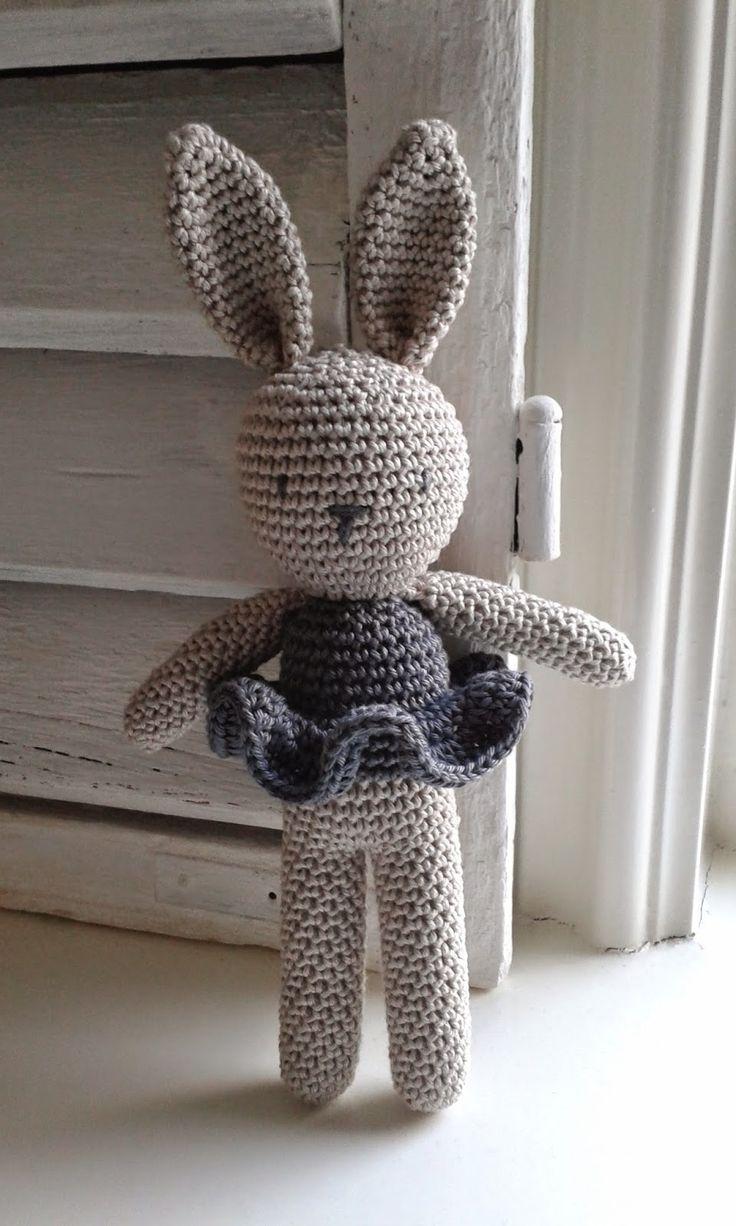 Lief klein konijn gehaakt door Little Things in amigurumi-stijl. Een knuffeltje waar je ieder kind blij mee maakt.