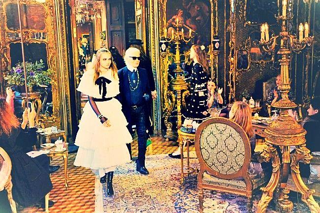 Изысканные наряды Chanel с бисерными вставками из коллекции Paris-Salzburg  Грандиозный показ Карла Лагерфельда «Зальцбург» навсегда вошёл в историю мировой моды. Манекенщицы дефилировали по старинному замку «Леопольдскрон» в изящных нарядах, напоминающих одежду жителей Альп. Каждый костюм был украшен роскошной вышивкой бисером.  http://pleteniebiserom.ru/2017/03/naryady-chanel-s-bisernymi-vstavkami/  #бисероплетение #плетениебисером #украшения #одежда #рукоделие #новостиизмирамоды…