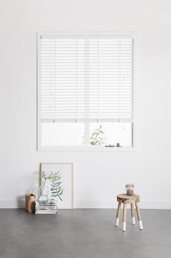 KARWEI | Witte, houten jaloezieën geven een frisse uitstraling aan je interieur.