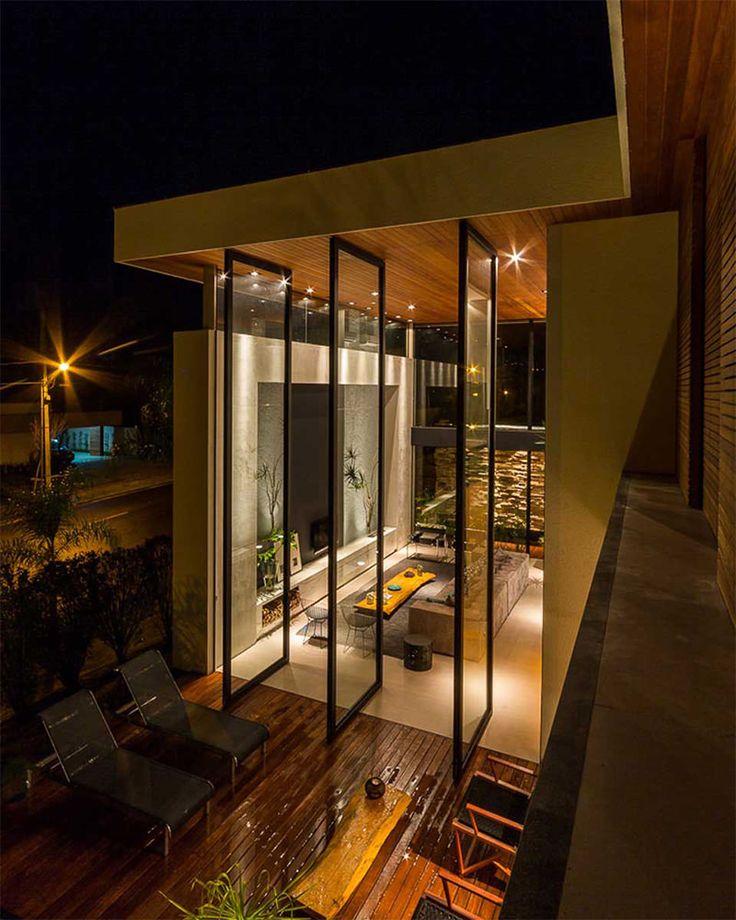 Esta casa moderna, localizada em Londrina, Paraná, ocupa a esquina de um condomínio residencial. Com duas faces da casa para a rua, a privacidade se tornou