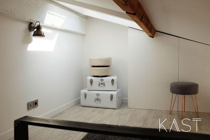 Антресоль в спальне используется в качестве гардероба.  (индустриальный,лофт,винтаж,стиль лофт,индустриальный стиль,современный,архитектура,дизайн,экстерьер,интерьер,дизайн интерьера,мебель,квартиры,апартаменты,маленький дом,хранение,гардероб,шкаф,комод) .