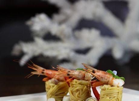 Spaghettini in salsa di gamberoni con calamaretti ripieni alla caprese