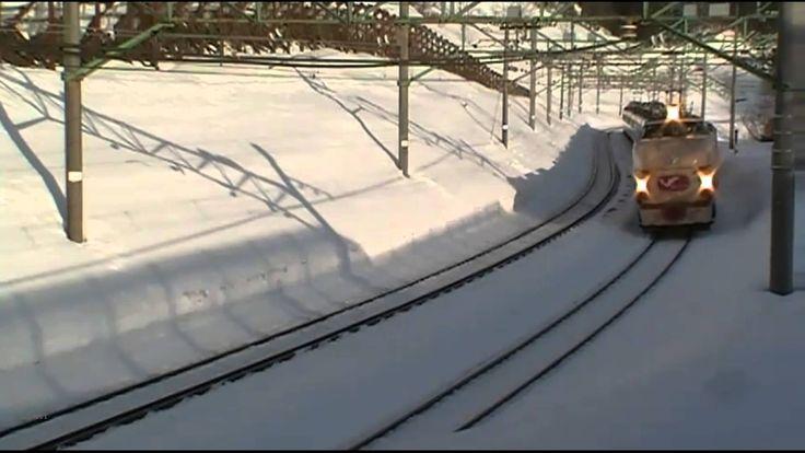 Японский поезд экспресс зимой  JR 489.Japanese train