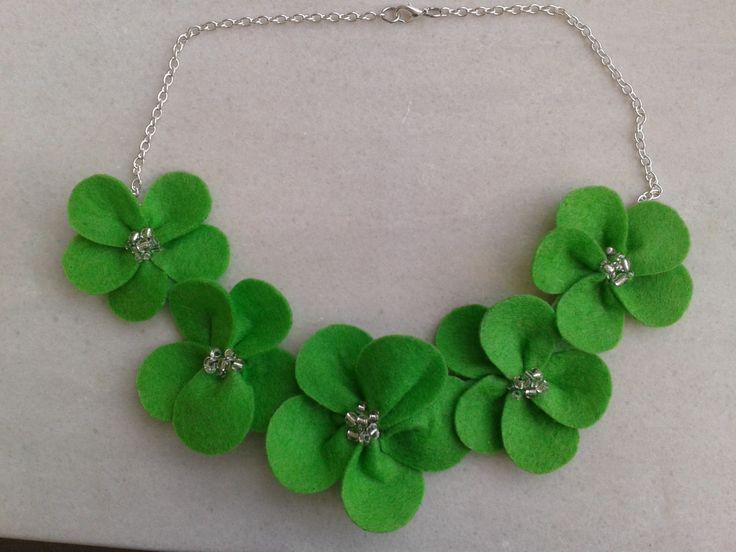 Collar de flores de fieltro en color verde
