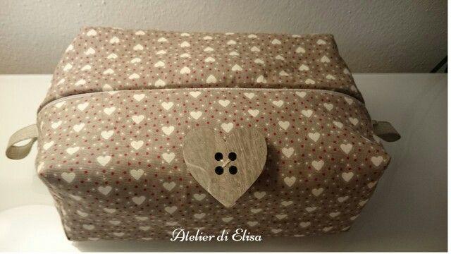 Pochette romantica con cuoricini e bottone di legno a forma di cuore
