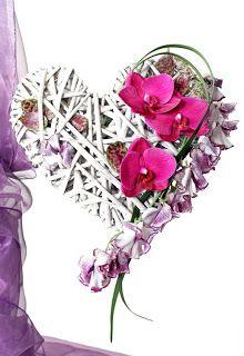 Phalaenopsis och luktärter. Hjärtformat underlag. http://holmsundsblommor.blogspot.se/2010/05/brudbukett-hjarta.html