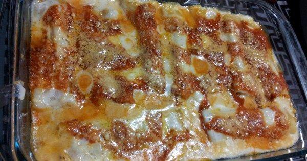 1 pacote de macarrão tipo canelone  - Molho de tomate  - Queijo ralado  - Recheio:  - 500 g de peito de frango desfiado  - 1 lata de creme de leite  - 1 pacote de sopa de cebola  - 1 copo de requeijão  - Tempero a gosto  - Molho branco:  - 3 colher de sopa de manteiga  - 1/2 cebola ralada  - 1 copo tipo americano de leite integral  - 2 colheres de chá de farinha de trigo  -