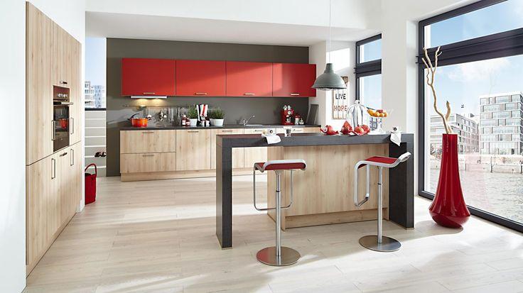 Einbauküche mit SIEMENS-Elektrogeräten in Castell buchefarbene & granatrote Satin-Lackfronten, Castell buchefarbener Korpus & canyonfarbene Arbeitsplatten #küche #hochglanz #rot #buche