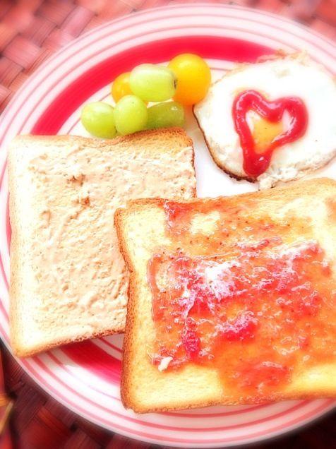 Peanut Butter and Jelly Sandwich(ピーナツバター&ジャムサンド、訳してPBJ) サンドイッチといえばPB&Jは米国人のソウルフードであり、定番のランチメニュー ちなみにこの場合のジェリーというのはいわゆるジャムのこと 息の白い朝(;-_-) =3 熱x2トーストに甘x2コンビにアメリカンコーヒー☕ - 41件のもぐもぐ - PBJピーナッツバターと苺ジャムサンド by Ami