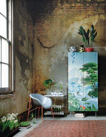 """""""Estilo dirty chic - Un telón de fondo decadente realza piezas de impecable factura""""  ---------------------------------------------------  A decadent backdrop enhances impeccable pieces ....and an Ikea cabinet covered with striking De Gournay wallpaper."""