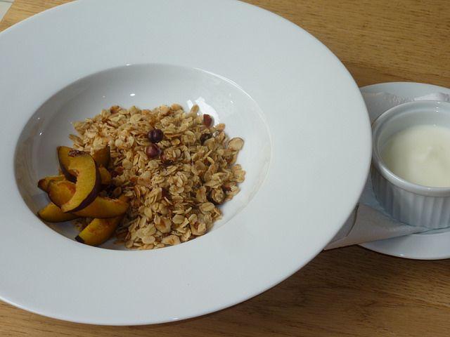 #Müsli s lískovými ořechy, fíky, kokosem, medem, třtinovým cukrem a jogurtem //  www.bistrofranz.cz/cs/snidane-brno
