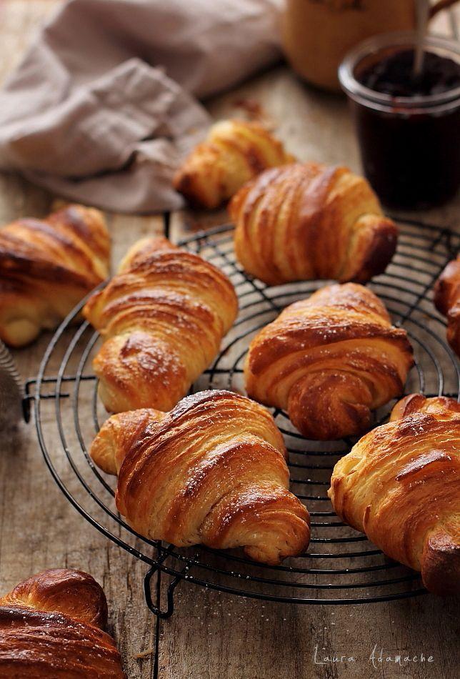 Croissants, produs de patiserie frantuzesc. Reteta croissant pas cu pas si mod de preparare aluat foietaj.
