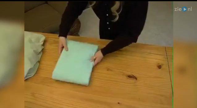 Met ze twee�n een hoeslaken�opvouwen? Dat hoeft niet meer met deze truc! Om het je nog gemakkelijker te maken hebben wij ook deze truc om je dekbedovertrek 1 min te vervangen. Je bed verschonen is nog nooit zo snel gegaan.