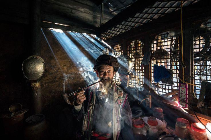 Lijiang, Yunnan. De 86-jarige Tian You Yi is een van de laatste traditionele medicijnmannen van de Miao etnische minderheid. Voor traditionele etnische cultuur en gebruiken is in het nieuwe China weinig ruimte. Om 'sociale stabiliteit' te bewaren is het beleid jegens etnische minderheden erop gericht om deze te assimileren met de etnische meerderheid, de Han Chinezen. Ruben Terlou