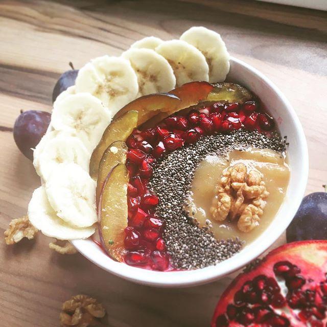 Guten Morgen ihr Süßen 💕  Heut ist mein erster freier Tag von Urlaub Nr. 2 - und naja das Wetter macht nicht so mit 🌧 Deswegen gibt es jetzt mal ein warmes Frühstücklii ☺️ Ich glaub ich werd mich heute nicht von der Couch bewegen. Das Wetter schreit richtig nach einem Serien-Marathon 📺😁 Schönen Tag wünsch ich euch 😘  #gutenmorgen #goodmorning #καλημέρα #breakfast #healthyfood #porridge #fruit #food #yummy #healthy #foodporn #rainyday #stayinbed #austrianblogger #viennablogger #warmes…