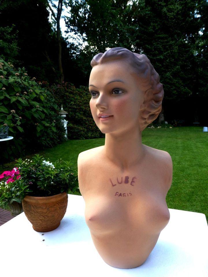 Auf diesem Wege suche ich Schaufensterfiguren-Ganzkörper oder Büste mit Kopf - vorzugsweise weiblich. Bitte alles anbieten! Vielen Dank im Voraus! Dirk