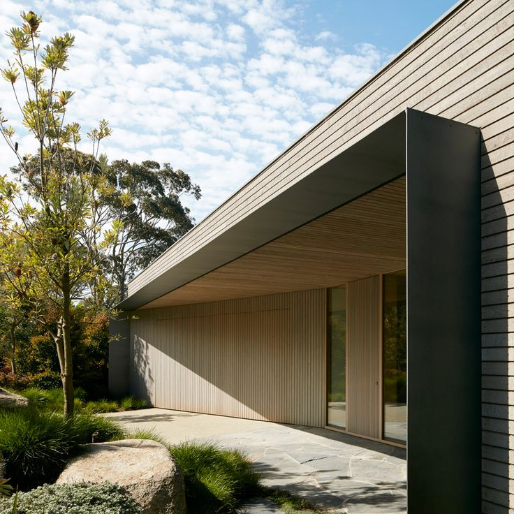 Australian firm Inarc aimed to find a middle ground between luxury and efficiency for this holiday house, built by a seafront golf course in Melbourne