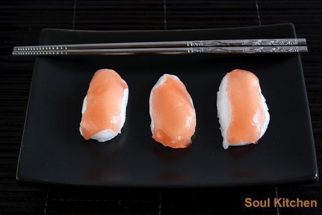 Mashmallow and watermelon jelly niguiris | Niguiris de nube y gelatina de sandía
