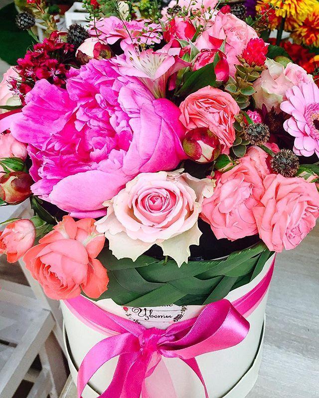 It happens - came to buy one, and suddenly saw the beauty. I could not resist. All flower joyful mood! Так бывает - приехала купить одно, и вдруг увидела красоту. Я не удержалась. Всем радостного цветочного настроения!  #places_of_power #afterwork #megapolis #ilovemoscow #lovemoscow #mymoscow #flower #flowermagic #floweroftheday  #beaty #wonderland #bouquet #тцвесна #Spring #summer