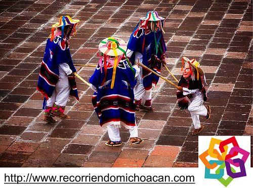 MICHOACÁN MÁGICO te dice. La danza de los Viejitos es un baile que se realiza con humor. Los danzantes van ataviados con el traje típico de la región, al bailar encorvados y achacosos al transcurrir el baile van tomando un nuevo vigor y agilidad, contrastando con las caídas y los divertidos intentos de los danzantes de revivir al caído. Es un baile que existe desde antes de la conquista. http://www.recorriendomichoacan.com