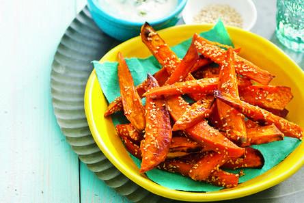 Zoete aardappelfrieten met blue-cheesedip