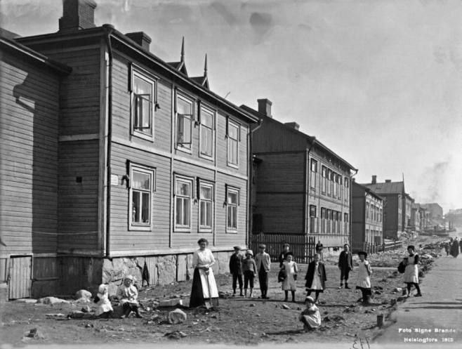 1. Helsingin Vaasankatu 29, 27, 25, 23 ja 21 vuodelta 1912.   Kinaporin työväen asuintalojen edestä oli kaadettu puita Vaasankadun leventämiseksi. Samalla lähtivät pienet etupihat. Sittemmin paikalle rakennettiin kerrostaloja.