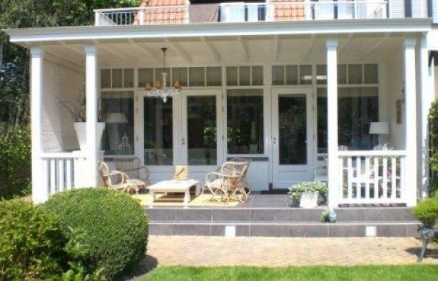 Mooie witte veranda, verhoging geeft ook iets extra's.