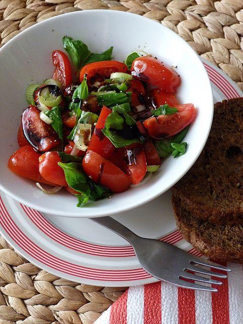 Jarní rajčatový salát s jarní cibulkou, bazalkou s...