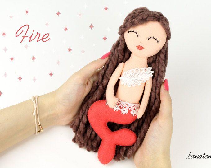 """Bambola sirena in feltro, pezzo unico, cucita a mano, sirena 4 elementi """"fuoco"""", pannolenci, regalo speciale bambina, da collezione"""