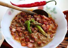 Nooit geweten dat bruine bonen met spek ook op z'n Indisch kan. Dit recept bewijst dat het heel lekker is. Het is natuurlijk het ultieme wintergerecht.