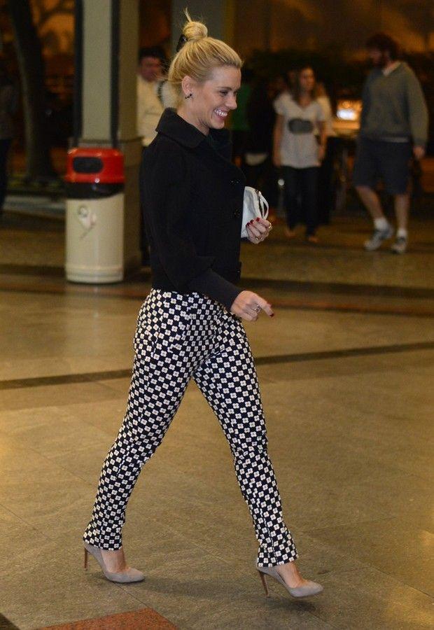 Carolina Dieckmann usa calça florida em estreia de peça de teatro