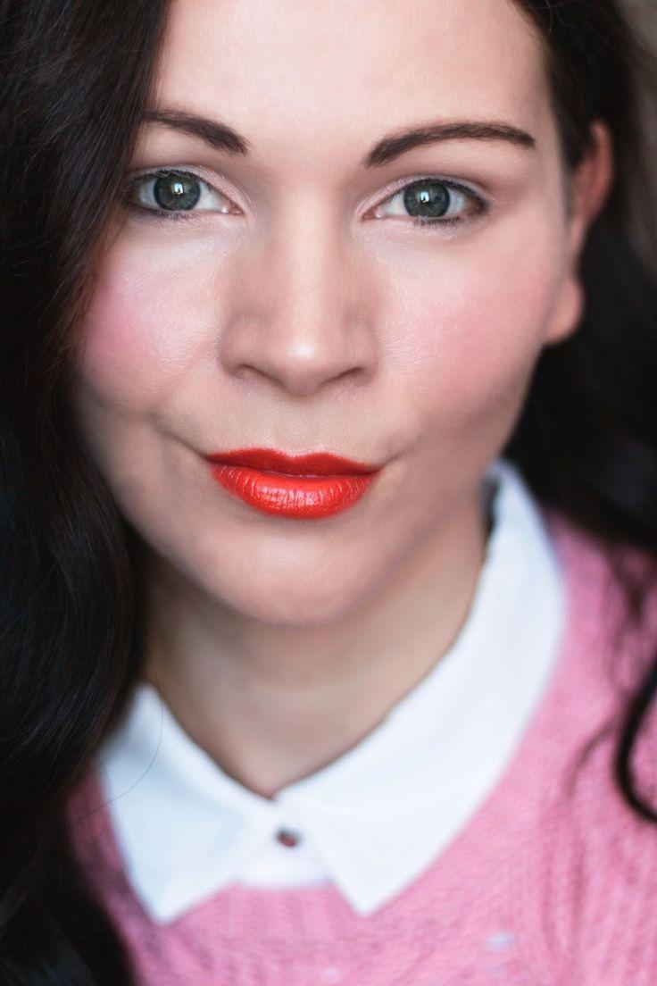 Wie ich euch gestern schon angekündigt habe, startet heute unsere Blogger Oster Aktion. Zusammen mit 9 Bloggerinnen werden wir euch rund um Ostern und Frühling unterhalten. Ihr findet Themen aus den Bereichen Outfit, Beauty, Lifestyle, Food und Deko. Ich gebe heute den Auftakt und präsentiere euch einen frühlingshaften Make-up Look mit orangen Lippen. Wie ich das Make-up geschminkt habe, erfahrt ihr jetzt!