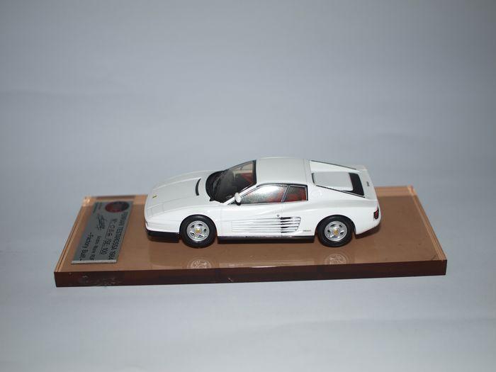 AMR - 1/43 schaal - Ferrari Testa Rossa 1984 - wit  Zeer zeldzaam model gemaakt door AMR en geïdentificeerd met de no. 56/100 stuks. Het is een prachtig model van deze onvergelijkbare sportwagen de FERRARI TESTA ROSSA op de top van dat het is wit.Deze auto heeft een lijn ontworpen door Pininfarina een opvallend uitgebreide staart (met rechthoekige koplampen in een reeks horizontale balken) en grote kant roosters. Het onmiddellijk een wijdverbreide succes gehad (en werd ook bekritiseerd…