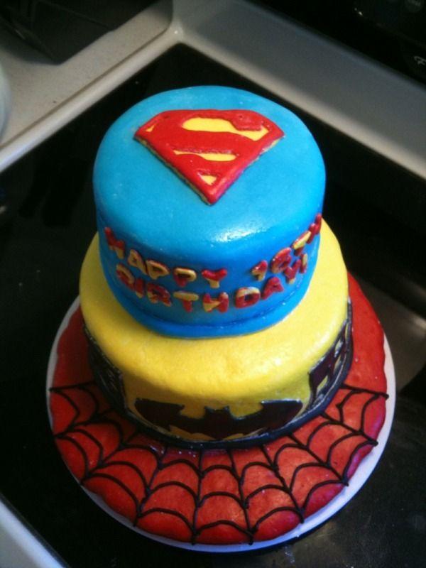 dreistöckige Geburtstagstorte mit Superman Logo