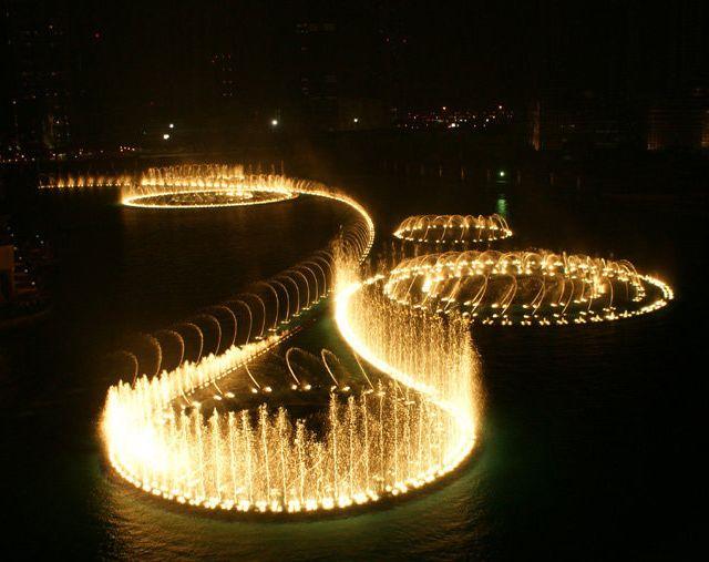 La fontaine géante sur le lac artificiel de Dubaï est une œuvre unique et magnifique qui embellit la ville de mille et une lumières et couleurs.