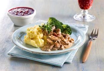 Enkel, men likevel så god! Finnbiff med sopp i en ekte viltsaus med mye godt i, festmat for to eller mange! Server gjerne kokte poteter til, men hjemmelaget potetmos gjør retten ekstra god.