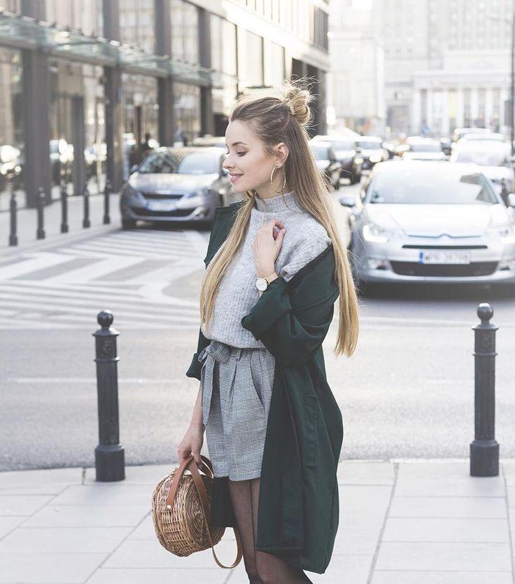w obiektywie @ankutakesphotos  Jak Wam się podoba połączenie szarości i zieleni? #ootd #streetstyle #basketbag #gray #autumnoutfit #shorts #tights #powerdressing