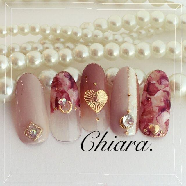 大人バレンタイン. nail♡ グレージュ ブラウングラデ チョコレートマーブル 指輪モチーフ シェル ビジュー ハートスタッズ やり過ぎない大人バレンタイン. nailです♪ Instagram → yochan4.nail #YokoShikata♡キアラ #ネイルブック